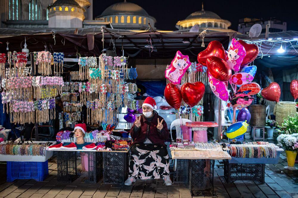 Prodavačka na Taksimském náměstí během novoročních oslav v Istanbulu, Turecko.