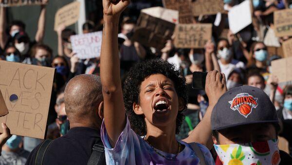 Demonstranti Black Lives Matter svírá pěst - Sputnik Česká republika