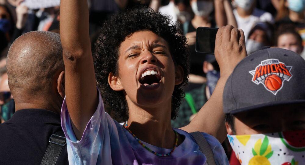Demonstranti Black Lives Matter svírá pěst