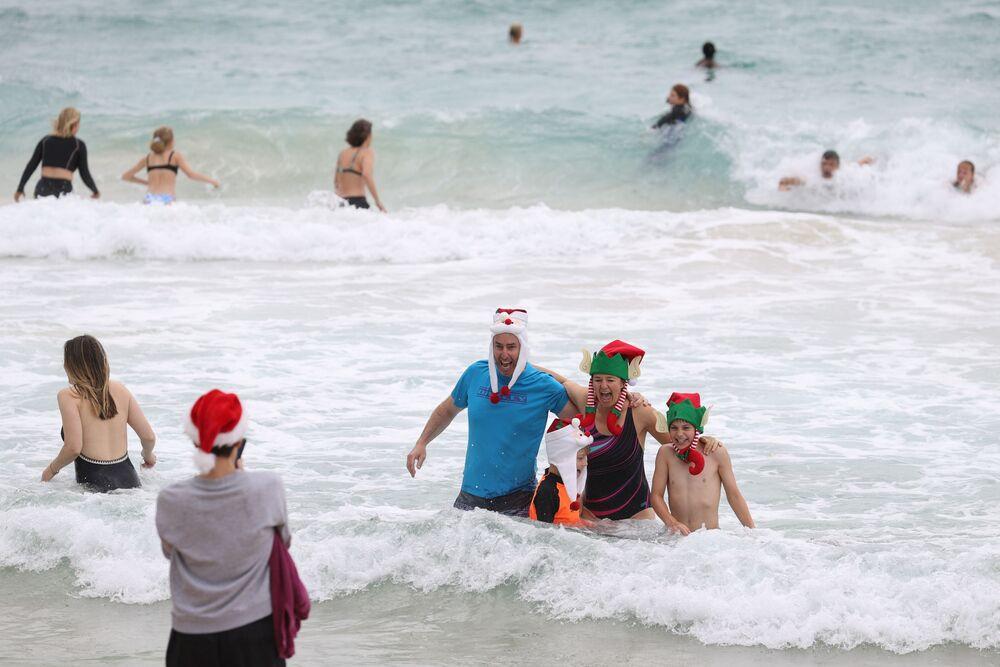 Lidé slaví Vánoce na pláži v Austrálii