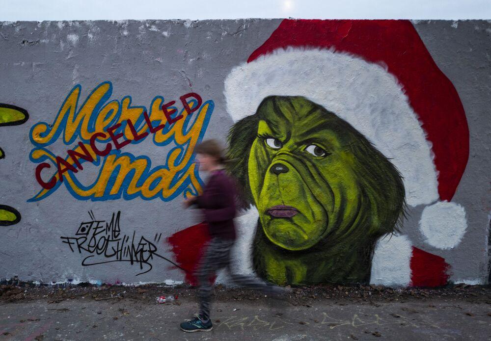 Graffiti umělce Eme Freethinkera v Berlíně