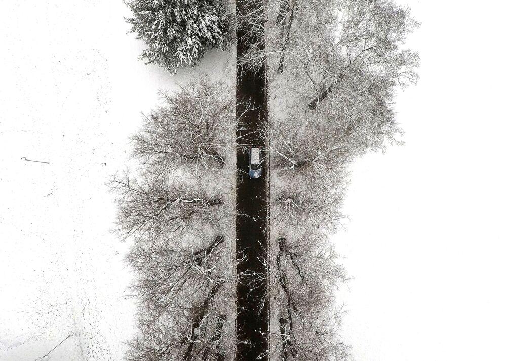 Auto na silnici během sněžení ve Velké Británii