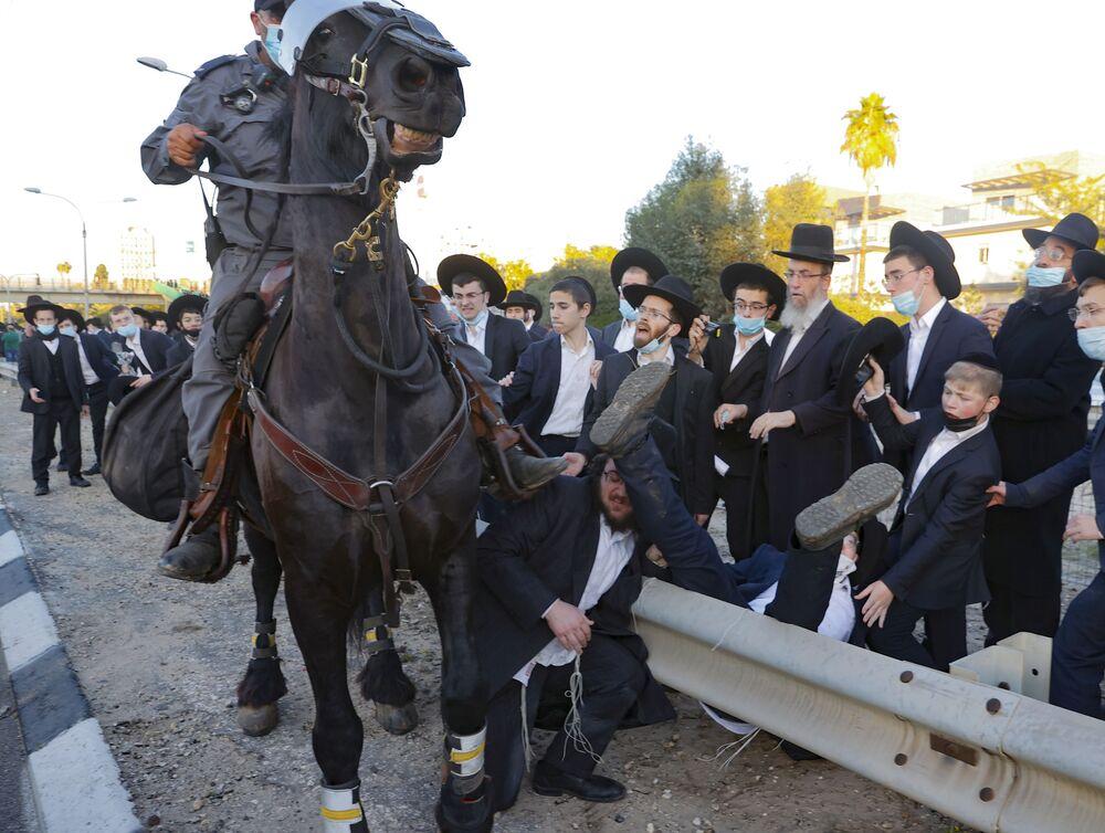 Policista na koni během protestů v Izraeli
