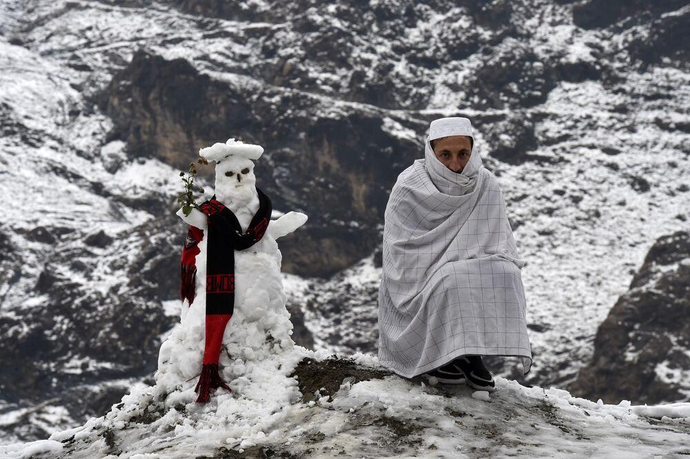 Muž u sněhuláka v Pákistánu
