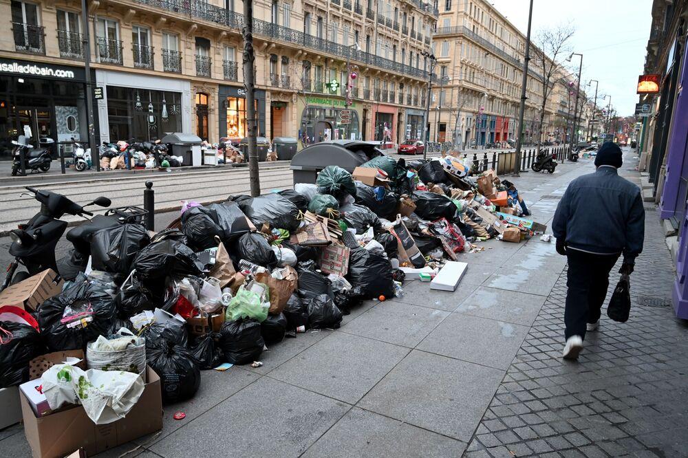 Kolemjdoucí u trosek na ulici v Marseille