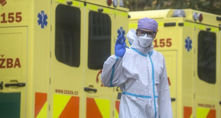 Zdravotník během přepravy pacientů s covidem-19 do Fakultní nemocnice v Motole