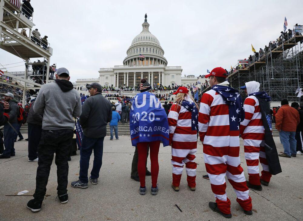 Washington je uvržen do chaosu. Podívejte se, jak příznivci Trumpa zaútočili na Kapitol