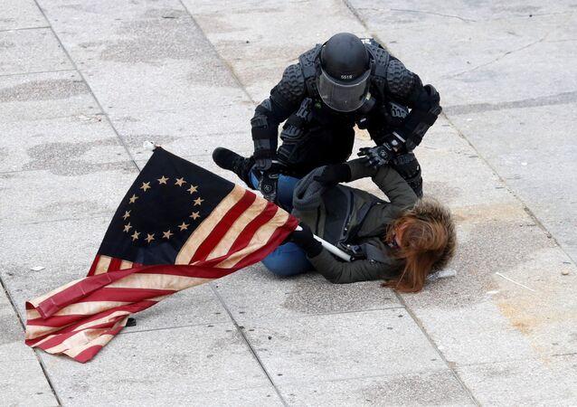 Policie zadržuje demonstranta před Kongresem ve Washingtonu