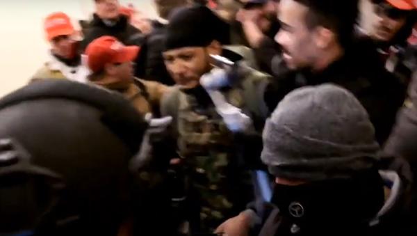 Objevilо se video, na kterém je vidět, jak policista zastřelil Trumpovu stoupenkyni - Sputnik Česká republika