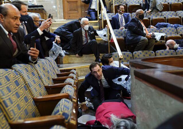 Lidé se ukrývají v Kapitolu, když se demonstranti ve středu pokoušejí proniknout do sněmovny v americkém hlavním městě