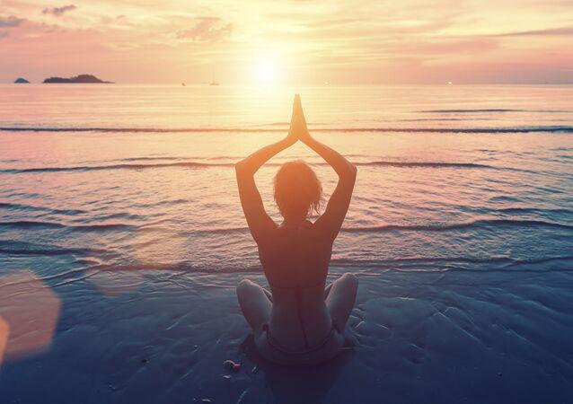 Dívka dělá jógu