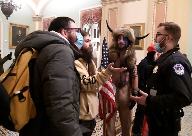 Policie konfrontuje stoupence prezidenta Donalda Trumpa, když demonstrovali ve druhém patře amerického Kapitolu u vchodu do Senátu po porušení bezpečnostní obrany, ve Washingtonu