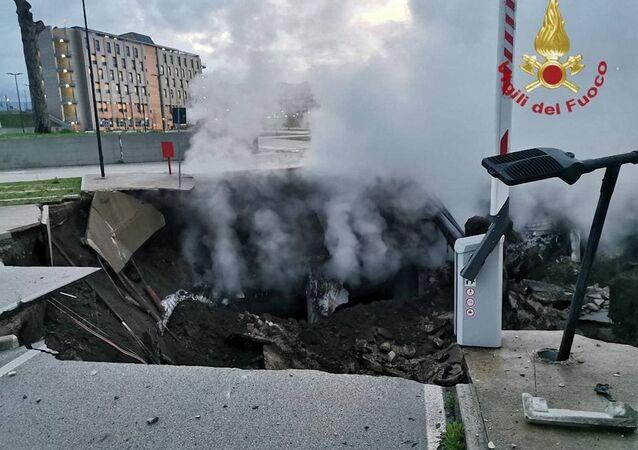 Kráter u nemocnice v Neapoli