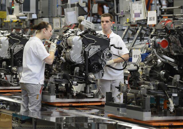 Zaměstnanci pracují v továrně Audi v Německu