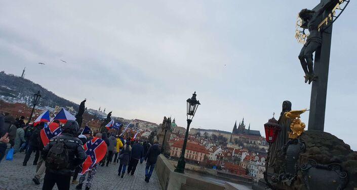 Demonstranti na Karlovĕ mostě