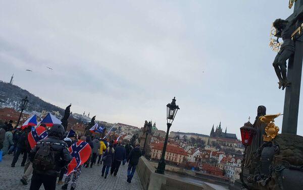 Demonstranti na Karlovĕ mostě - Sputnik Česká republika