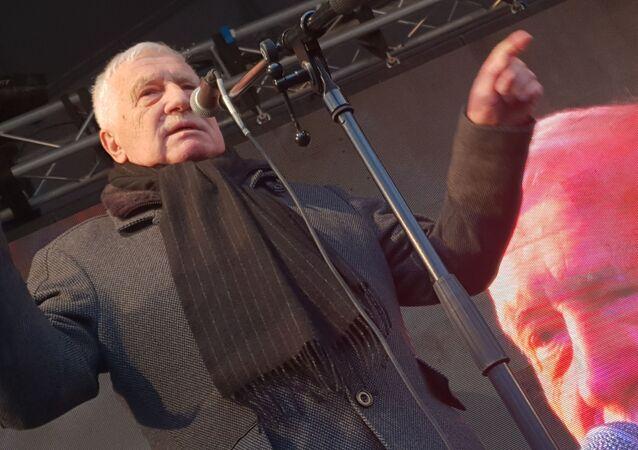 Václav Klaus vystupuje s projevem na protestu proti vládním opatřením