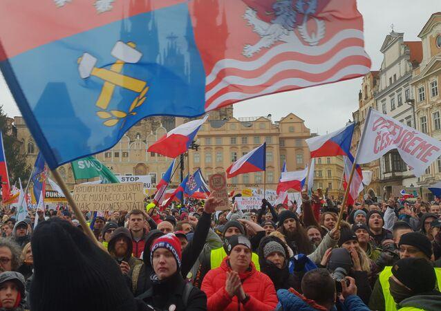 V centru Prahy protestovalo proti vládním opatřením