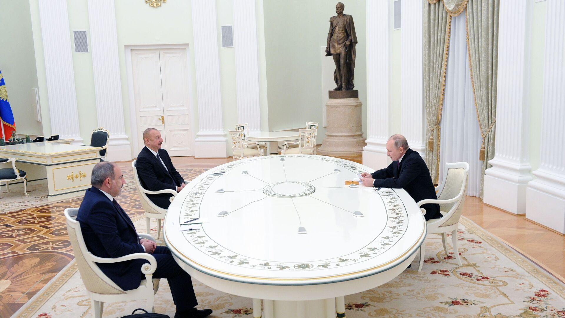 Prezident RF Vladimir Putin, lídr Ázerbájdžánu Ilham Alijev a premiér Arménie Nikol Pašinjan - Sputnik Česká republika, 1920, 11.01.2021