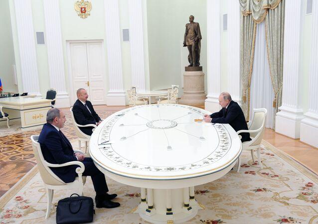 Prezident RF Vladimir Putin, lídr Ázerbájdžánu Ilham Alijev a premiér Arménie Nikol Pašinjan