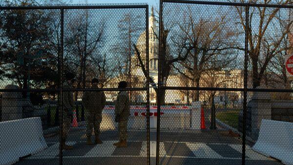 Budova Kapitolu za novým bezpečnostním plotem ve Washingtonu - Sputnik Česká republika
