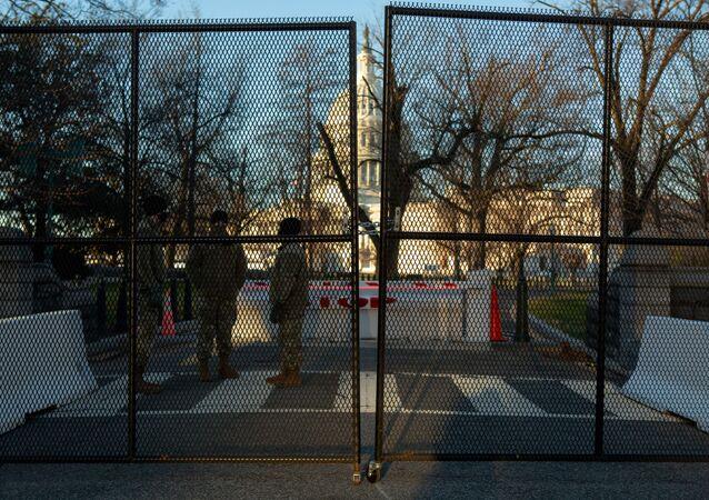 Budova Kapitolu za novým bezpečnostním plotem ve Washingtonu