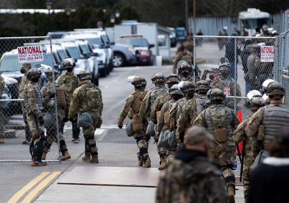 Členové Washingtonské národní gardy před budovou Kapitolu