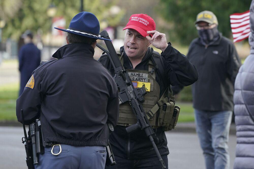 Ozbrojený zastánce amerického prezidenta Donalda Trumpa během pochodu ve Washingtonu