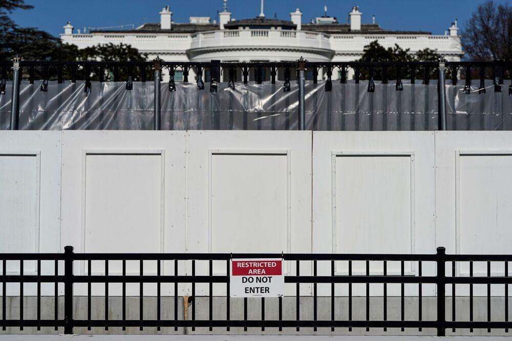 Bílý dům za plotem ve Washingtonu