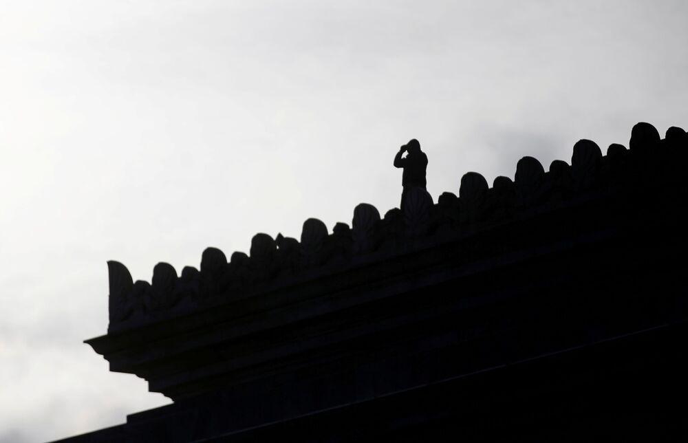 Policista na střeše budovy Kapitolu ve Washingtonu