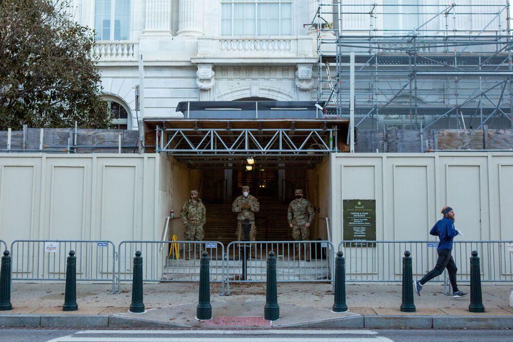 Americká národní garda před budovou Senátu naproti Kapitolu ve Washingtonu