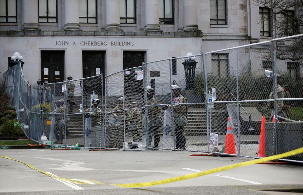Členové Washingtonské národní gardy před budovou Johna A. Cherberga v Olympii