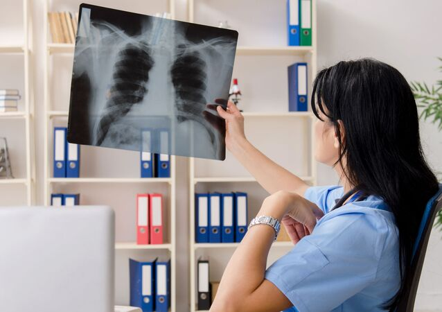 Lékař se dívá na snímek plic