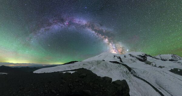 Michail Reva. Světelné záření atmosféry nad Elbrusem. Karbadsko-Balkarsko. 2020 - Sputnik Česká republika