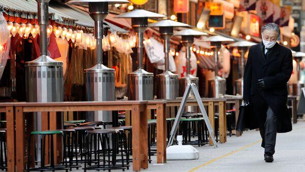 Kolemjdoucí prochází kolem uzavřených restaurací v Tokiu - Sputnik Česká republika