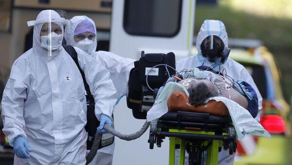 Zdravotníci převážejí pacienta covidem-19 do Motolské nemocnice  - Sputnik Česká republika