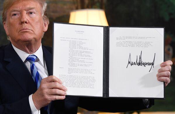 Donald Trump podepsal dokument o obnovení sankcí proti Íránu poté, co Washington odstoupil od dohody o íránském jaderném programu, r. 2018 - Sputnik Česká republika