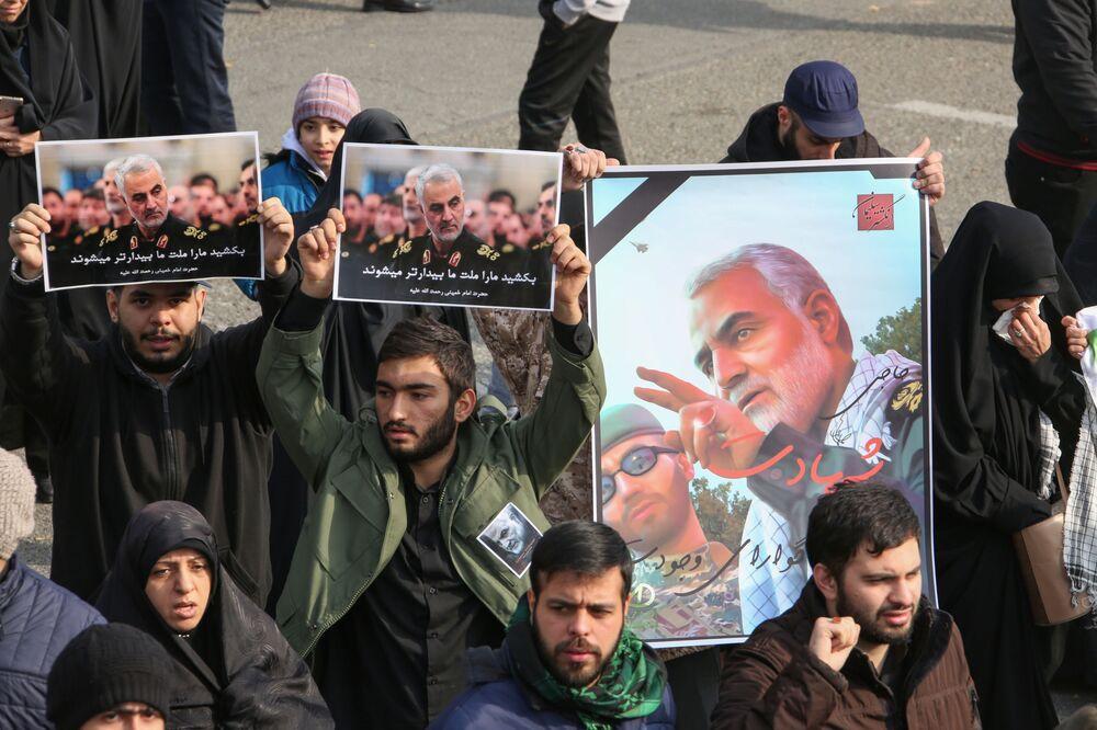 Lidé v Íránu drží plakáty s portrétem generála Sulejmáního, r. 2020