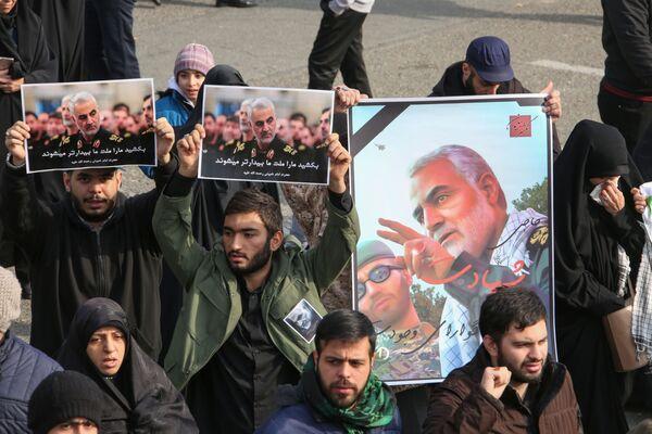 Lidé v Íránu drží plakáty s portrétem generála Sulejmáního, r. 2020 - Sputnik Česká republika