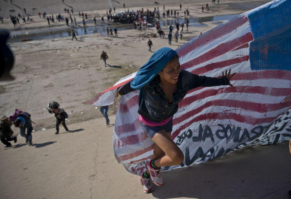 Migrantka na americko-mexické hranici