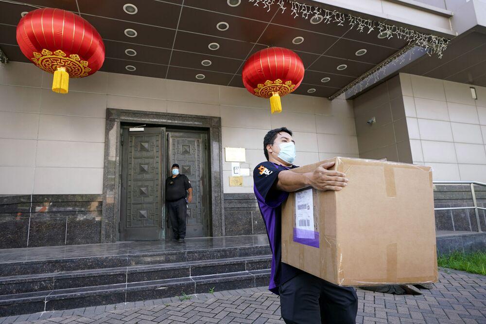 Zaměstnanec společnosti FedEx vyzvedává balík na čínském konzulátu v Houstonu