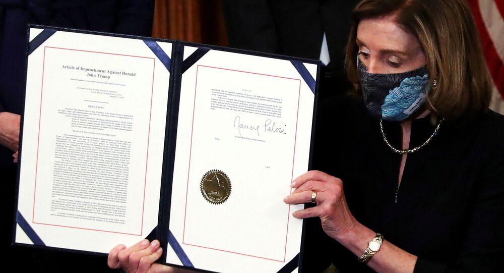 Předsedkyně Sněmovny reprezentantů USA Nancy Pelosiová ukazuje článek o impeachmentu bývalého prezidenta Donalda Trumpa