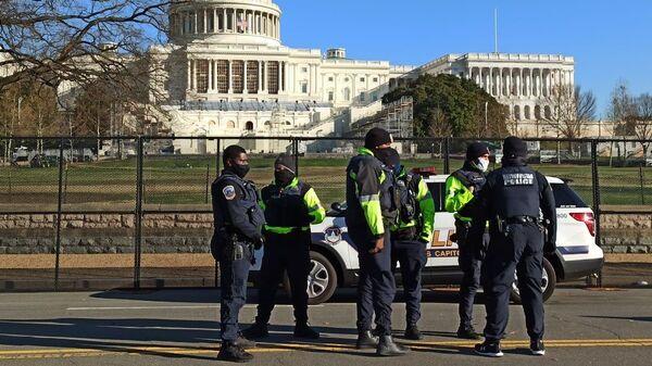 Сотрудники правоохранительных органов на Капитолийском холме в Вашингтоне - Sputnik Česká republika