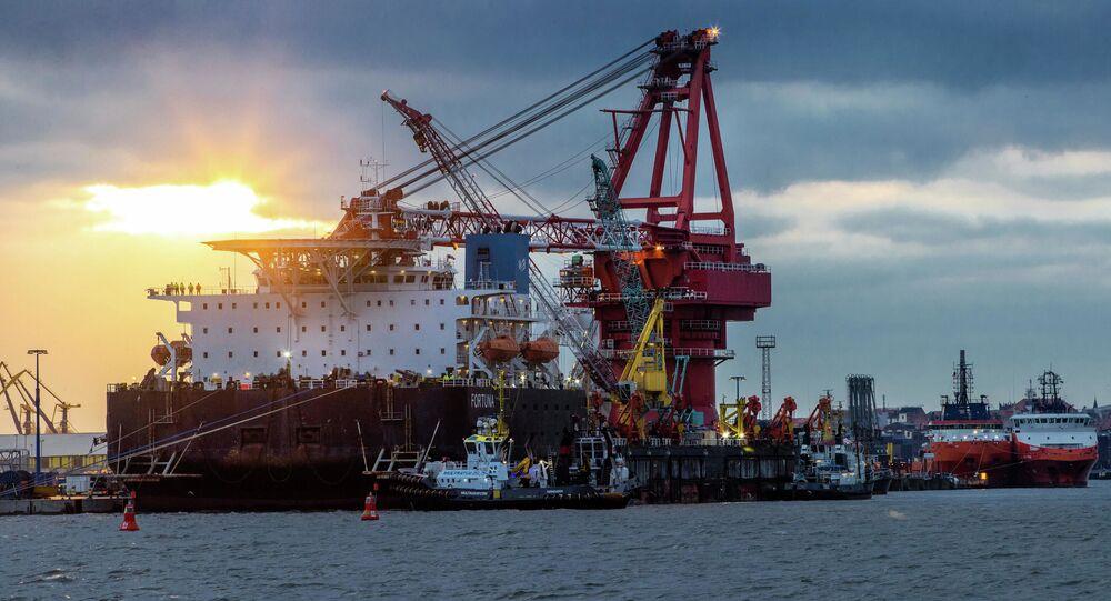 Loď na pokládku potrubí Fortuna v Německu. Ilustrační foto