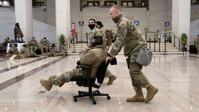 Příprava, odpočinek a prohlídka: Co dělají příslušníci americké Národní gardy v Kapitolu?