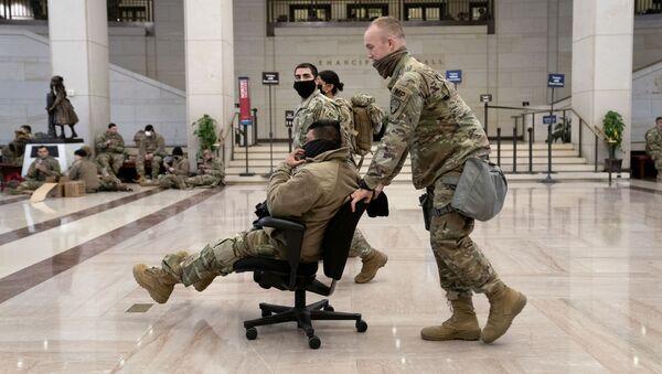 Příprava, odpočinek a prohlídka: Co dělají příslušníci americké Národní gardy v Kapitolu? - Sputnik Česká republika