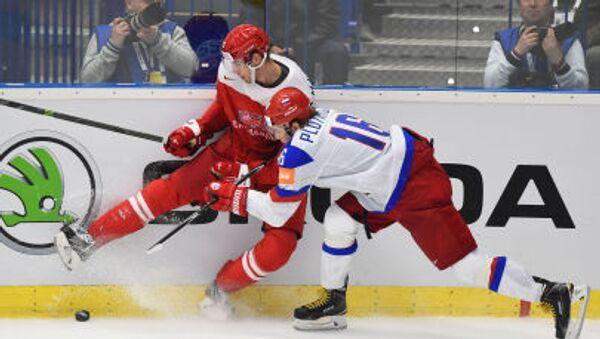 Ruský hokejista Sergej Plotnikov a dánský hráč Markus Lauridsen na MS v ledním hokeji v roce 2015 v Česku - Sputnik Česká republika
