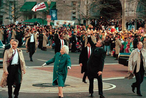 George H. W. Bush a jeho manželka Barbara Bushová - Sputnik Česká republika
