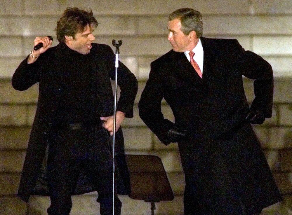 George W. Bush tančí spolu se zpěvákem Rickym Martinem.
