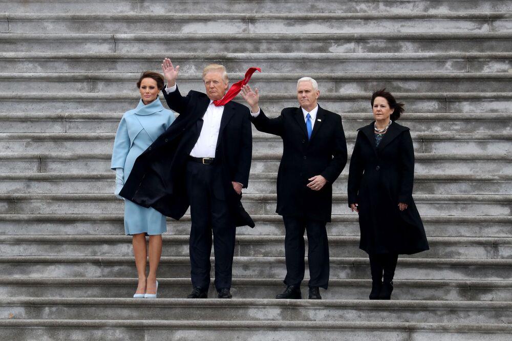 Současný prezident USA Donald Trump, první dáma USA Melania Trumpová a viceprezident USA Mike Pence se svou manželkou Karen